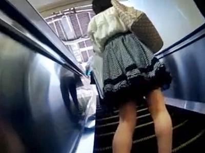 スカートめくり
