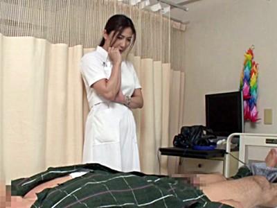 患者と中出しセックスする巨乳熟女ナース